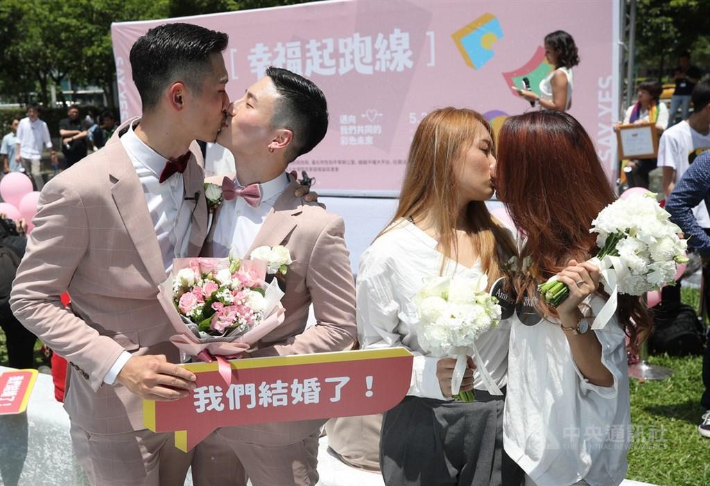 同婚團體婚姻平權大平台與台北市政府民政局24日在信義廣場舉辦「幸福起跑線Wedding Party」,20對新人在戶政事務所辦理結婚登記後到場同樂。中央社記者張新偉攝 108年5月24日