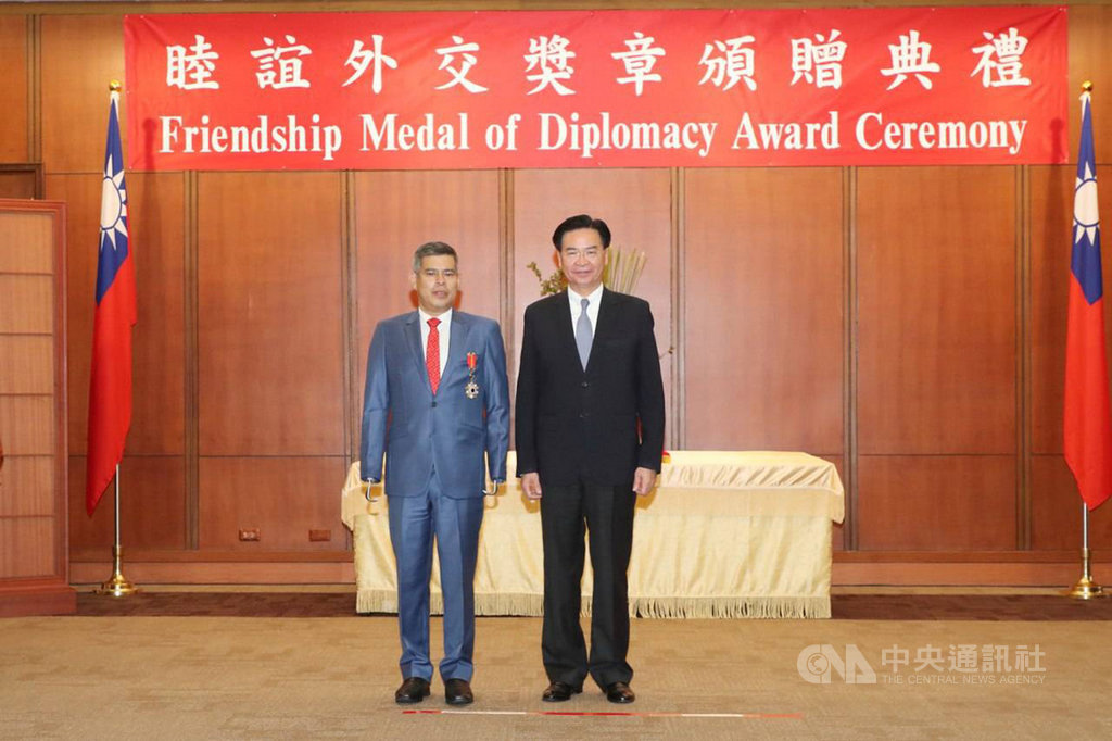 外交部長吳釗燮24日頒贈「睦誼外交獎章」給秘魯國會外交委員會主席卡拉瑞達,表揚他對台秘實質關係的貢獻。(外交部提供)中央社記者侯姿瑩傳真 108年5月24日
