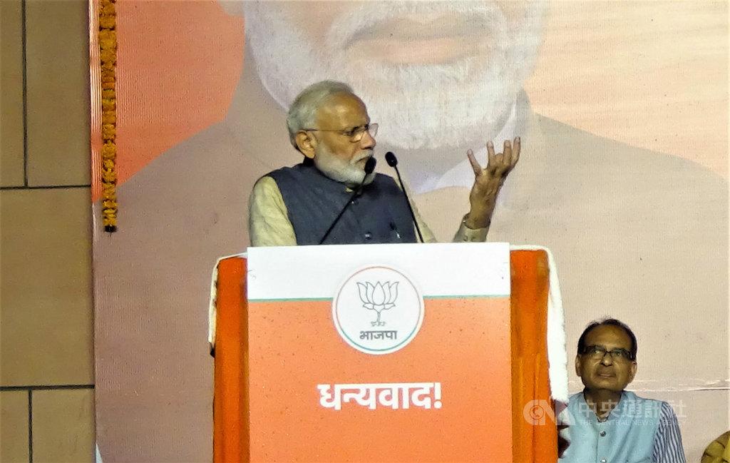 印度總理莫迪成功塑造國家保衛者及推動改革的強勢形象,帶領印度人民黨和國家民主聯盟在2019年國會下院大選贏得壓倒性勝利,創造了「莫迪奇蹟」。中央社記者康世人新德里攝 108年5月24日