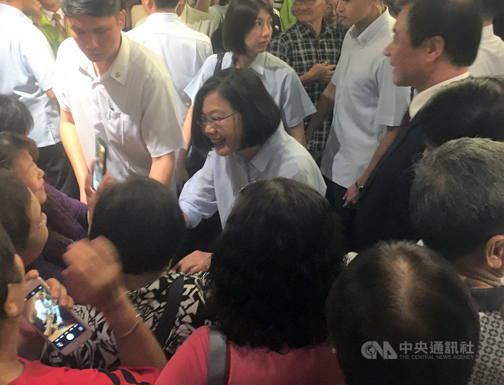 屏東縣同鄉會總會25日在東港舉辦餐會,總統蔡英文(中)南下出席,受到在場同鄉會會員熱烈歡迎。中央社記者郭芷瑄攝 108年5月25日