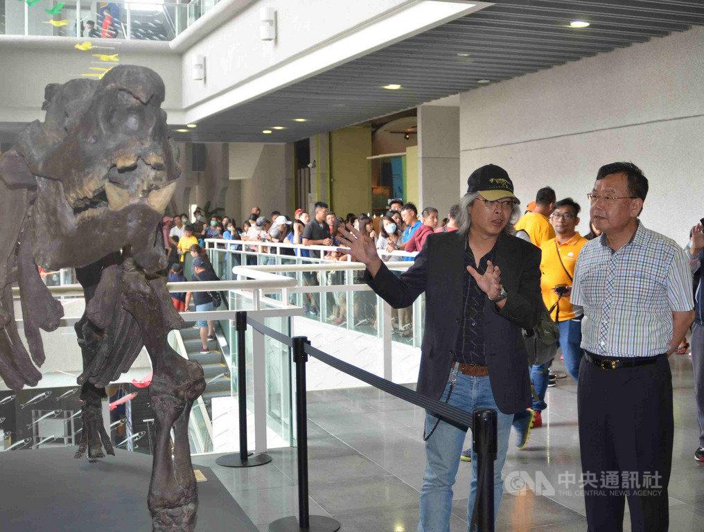 「史前巨獸-古生物特展」25日在澎湖生活博物館舉辦開幕活動,澎湖縣長賴峰偉(右)出席,參觀難得一見的長毛象、始祖鳥等史前巨獸化石。中央社 108年5月25日