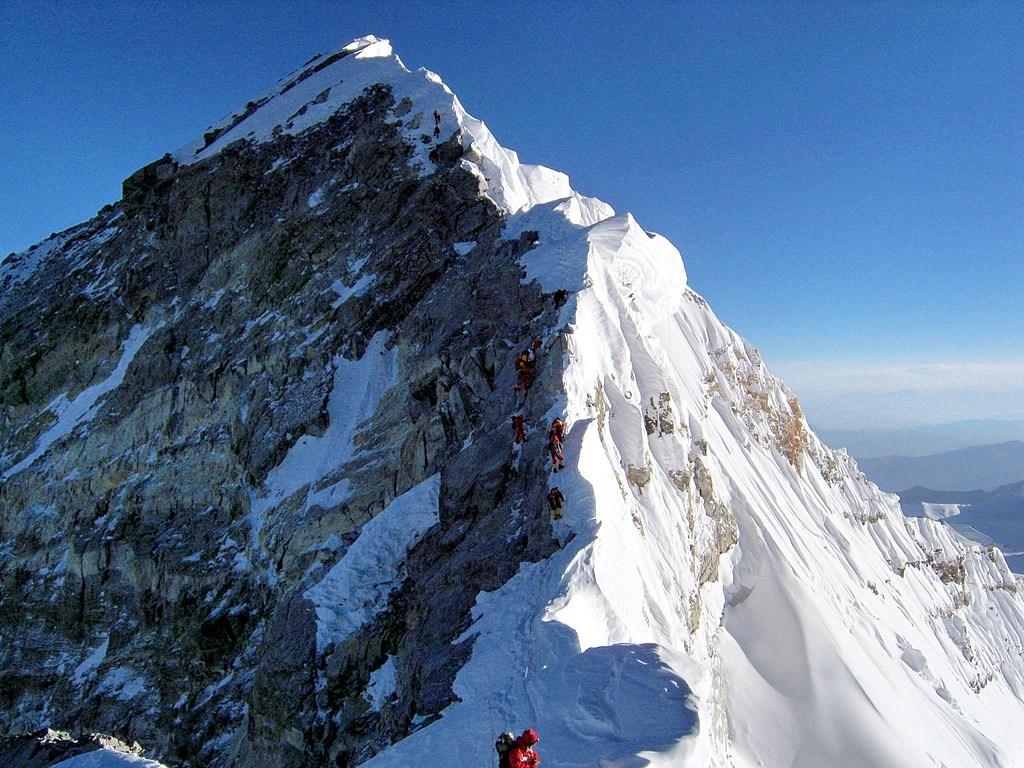 專家說,近幾年攀登世界第一高峰聖母峰的人潮增加,因為長途遠征活動愈來愈受歡迎。(圖取自維基共享資源;作者Debasish biswas kolkata,CC BY-SA 4.0)