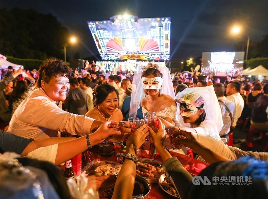 台灣伴侶權益推動聯盟25日晚間在總統府前凱達格蘭大道盛大舉辦「同婚宴」,與會眾人笑容洋溢,一起舉杯開心同慶,現場熱鬧非凡。中央社記者謝佳璋攝 108年5月25日