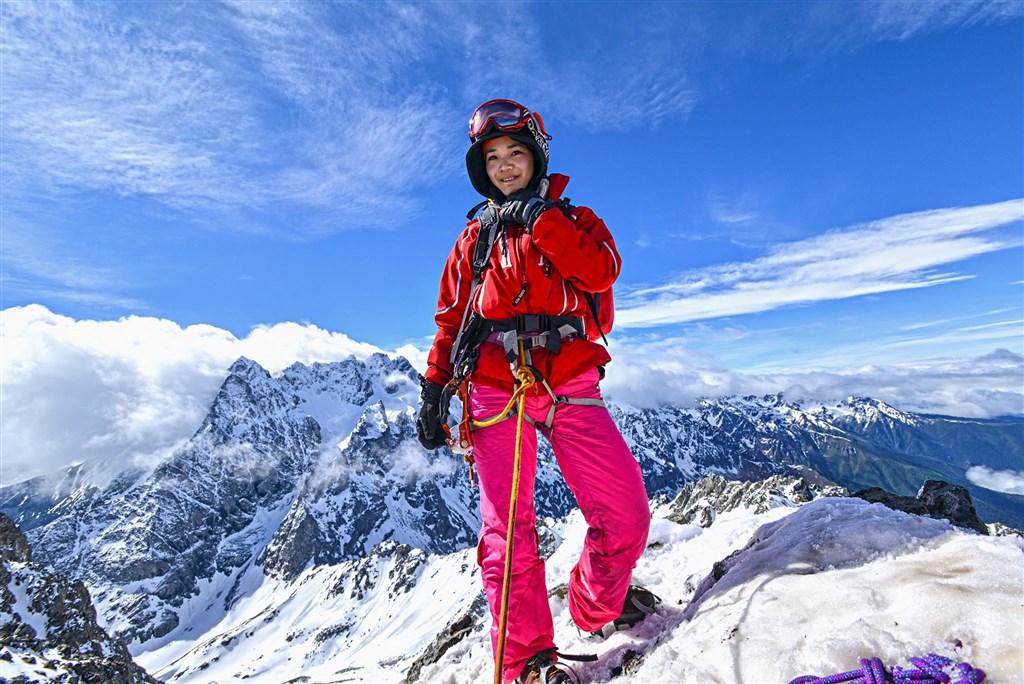 台灣女登山客詹喬愉目前在挑戰聖母峰攻頂的路途上,原定26日要攻頂,因為天氣因素暫撤,不排除放棄攀登。(圖取自facebook.com/3xfish)