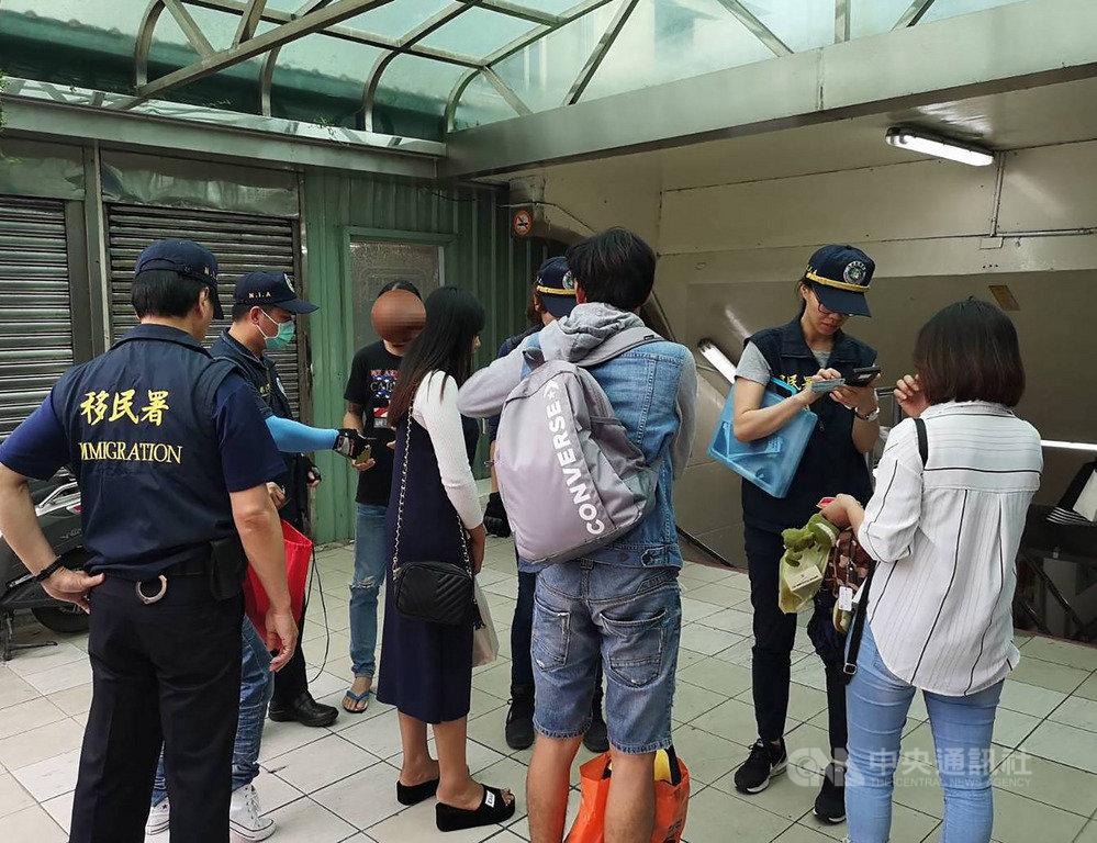 移民署統計,25日的擴大聯合稽查,共巡查141處外來人口容易聚集地點,包含工地、外國商店和餐飲店、特種營業場所,逮捕165人,以越南籍最多、印尼籍次之。(移民署提供)中央社記者劉建邦傳真 108年5月25日