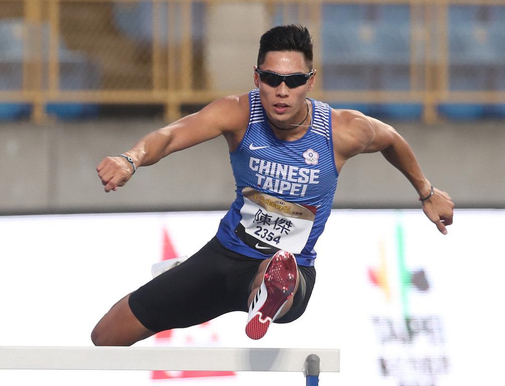 台灣「跨欄王子」陳傑26日在2019台灣國際田徑公開賽男子400公尺跨欄項目,打算力拚48秒90的奧運參賽標準,最終以49秒37的成績衝線,仍然拿下賽事金牌。中央社記者張新偉攝 108年5月26日