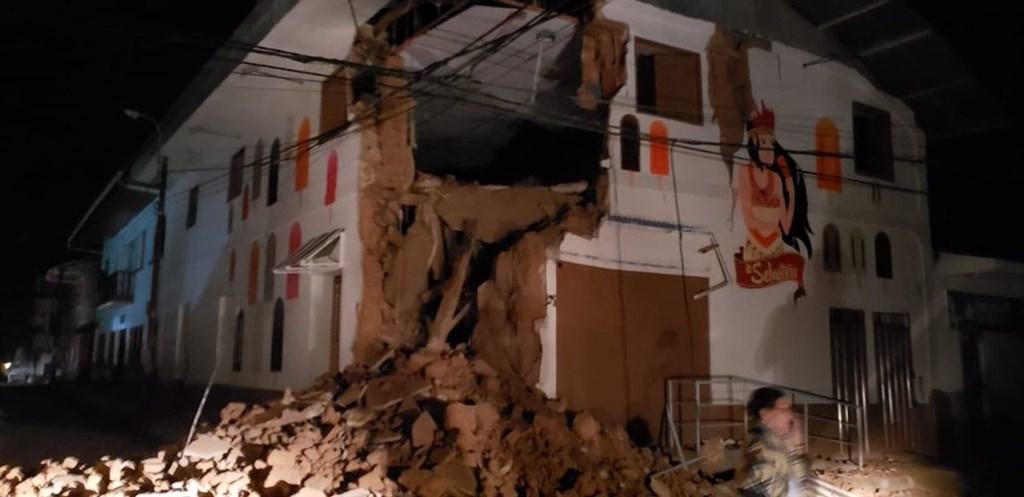 秘魯北部26日清晨發生規模8.0地震,至少一人喪命、11人受傷,50多間民房被毀。(圖取自twitter.com/bomberosPE)