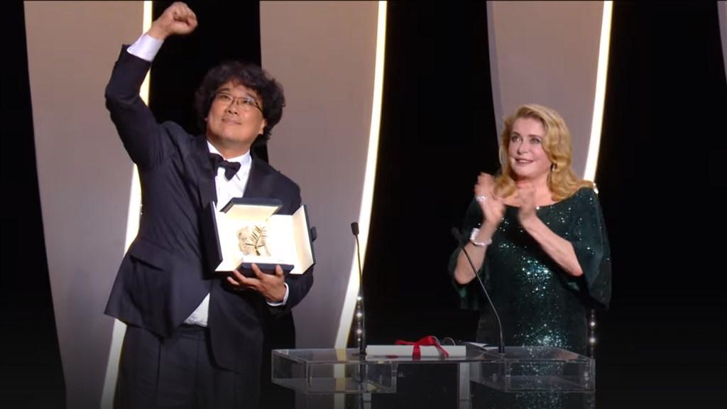 南韓導演奉俊昊(左)執導的新片「寄生上流」獲得第72屆坎城國際影展金棕櫚獎,他發表獲獎感言時說:「雖然我沒能準備一段法語的感言,但我經常能從法國電影中獲得靈感。」(圖取自坎城影展網頁festival-cannes.com)