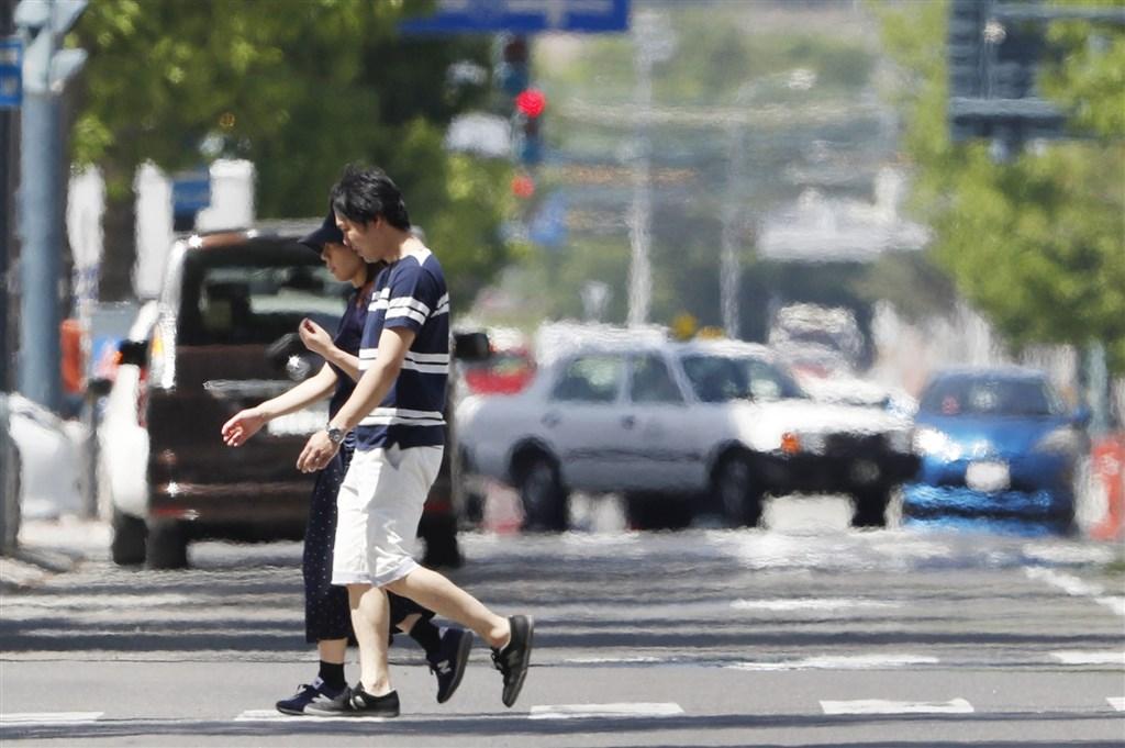 日本全國各地26日高溫炎熱,日本氣象廳呼籲民眾多補充水分,在戶外盡量避免日曬,在屋內要適當開冷氣,以防中暑。(共同社提供)