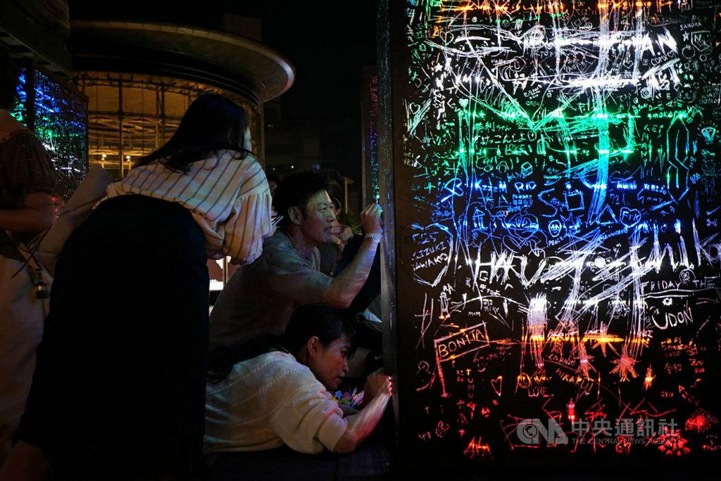 年度當代藝術饗宴「六本木藝術之夜2019」25日在東京六本木登場,台灣藝術家莊志維的作品「黑暗中的彩虹」位於六本木大道旁,相當顯眼。(莊志維提供)中央社記者楊明珠東京傳真 108年5月26日