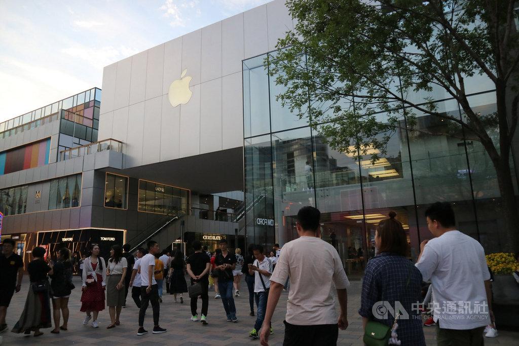 中國近年來和日本、南韓、美國都發生過外交摩擦,儘管中國官方在宣傳上一定程度展現強硬立場,但傳達給民眾的運作機制似乎不一樣。在中美貿易戰中,美企、美貨未成民眾出氣目標。圖為北京三里屯蘋果零售店。中央社記者陳家倫攝 108年5月27日