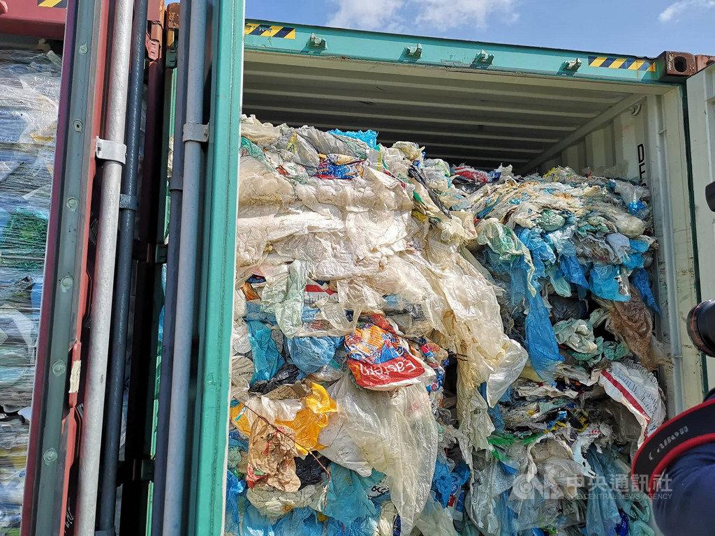 馬來西亞能源科技環境部長楊美盈28日在雪蘭莪州的巴生港召開有關塑膠廢料記者會。來自加拿大的廢料主要都是家庭用品的包裝塑膠袋。中央社記者蘇麗娜攝 108年5月28日