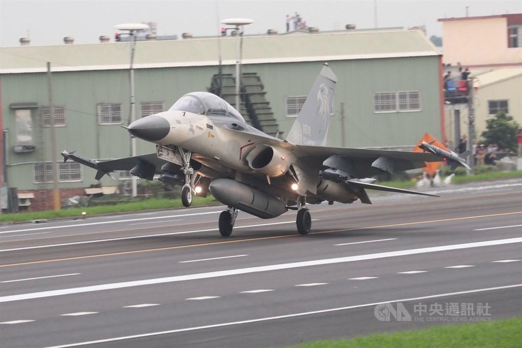 「漢光35號」演習彰化戰備道起降實兵操演,28日在彰化舉行,IDF經國號戰機在戰備道降落。中央社記者吳家昇攝 108年5月28日