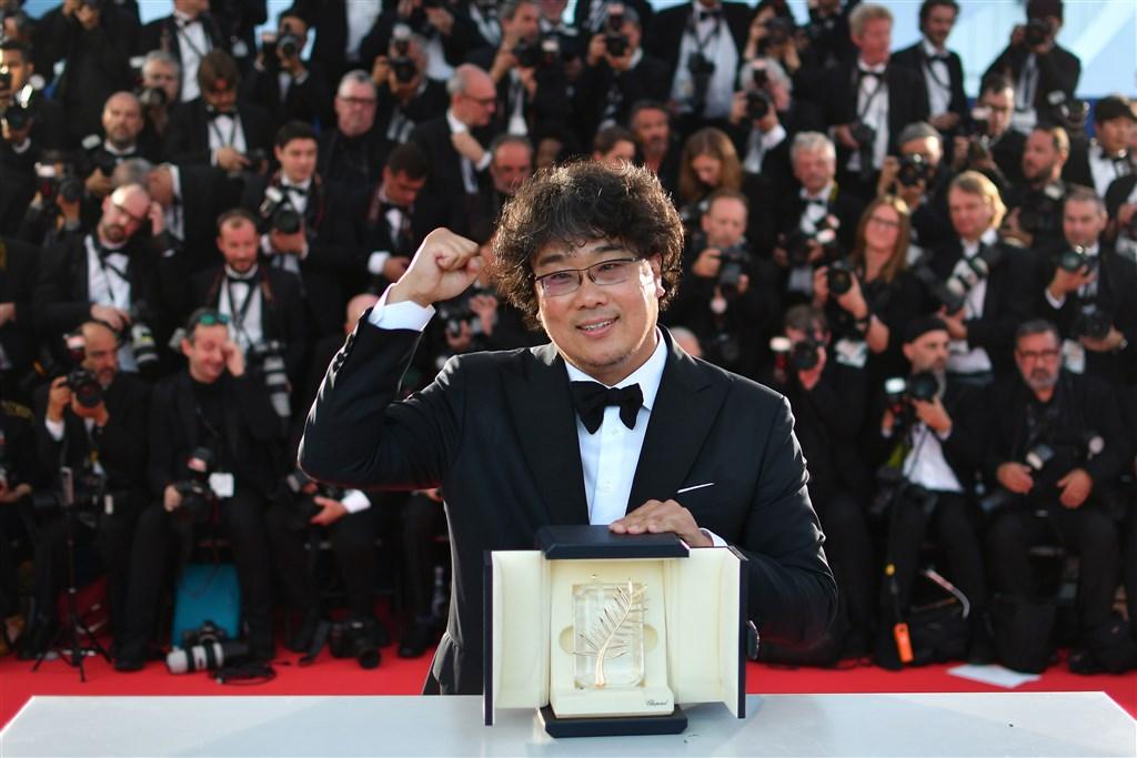 南韓導演奉俊昊執導的電影「寄生上流」榮獲坎城影展金棕櫚獎,韓媒報導他遵守每週52小時工作制拍攝電影,別具意義。(韓聯社提供)