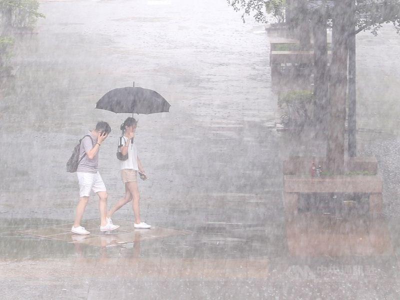 氣象局28日下午2時55分再度針對台中以南及東半部地區等10縣市發出大雨及豪雨特報,尤其屏東縣有局部大雨或豪雨發生的機率。(中央社檔案照片)