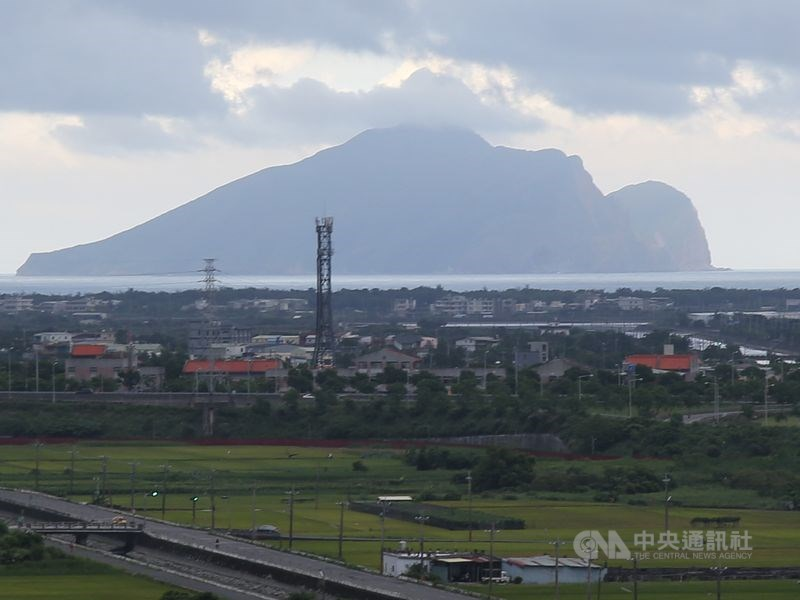 中研院研究員林正洪說,龜山島雖有海的隔絕,但火山噴發可能引發海嘯,宜蘭平原首當其衝。(中央社檔案照片)