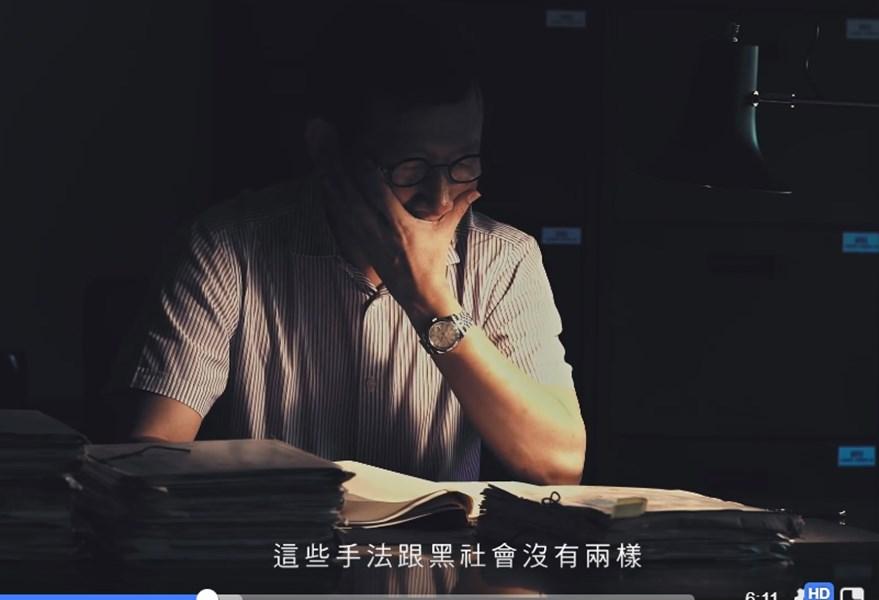 促轉會29日發布紀錄片「不是自己寫的日記」,找來80年代在校園中被監控的當事人閱覽當年的監視檔案。(圖取自facebook.com/twtjc)