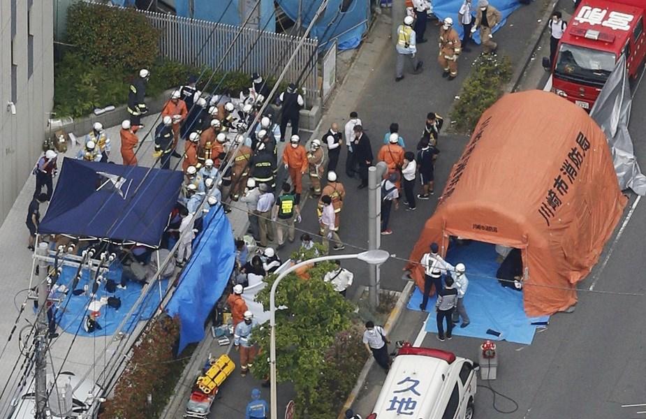 日本神奈川縣川崎市28日發生一名男子持刀砍人事件,共19人被砍。警方查出凶嫌是51歲住在川崎市的岩崎隆一。圖為現場警消人員。(共同社提供)