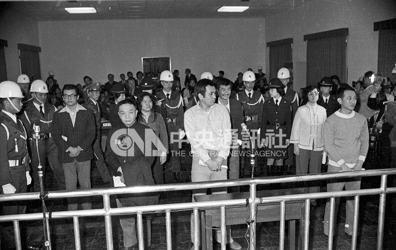 1980年3月18日美麗島軍法大審,七名被告左起張俊宏、黃信介、陳菊、姚嘉文、施明德、呂秀蓮、林弘宣到庭。(中央社檔案照片)