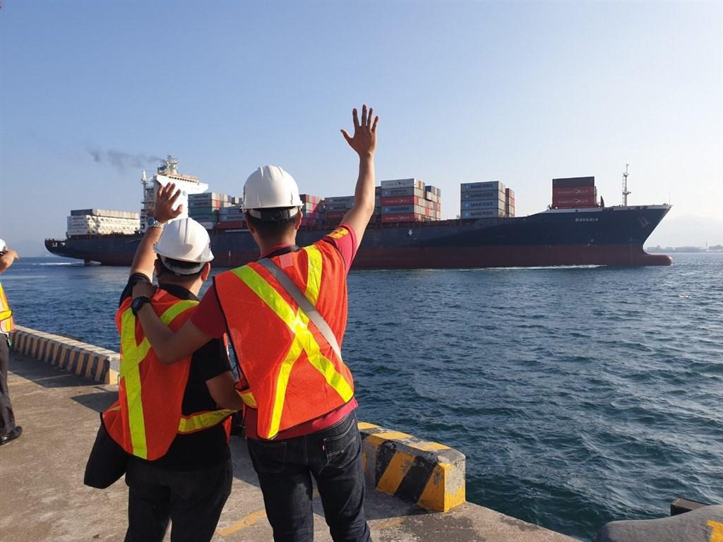 加拿大與菲律賓垃圾戰演變為外交風波,加拿大僱用「巴伐利亞號」貨輪將69貨櫃的垃圾運回加拿大。(圖取自twitter.com/teddyboylocsin)