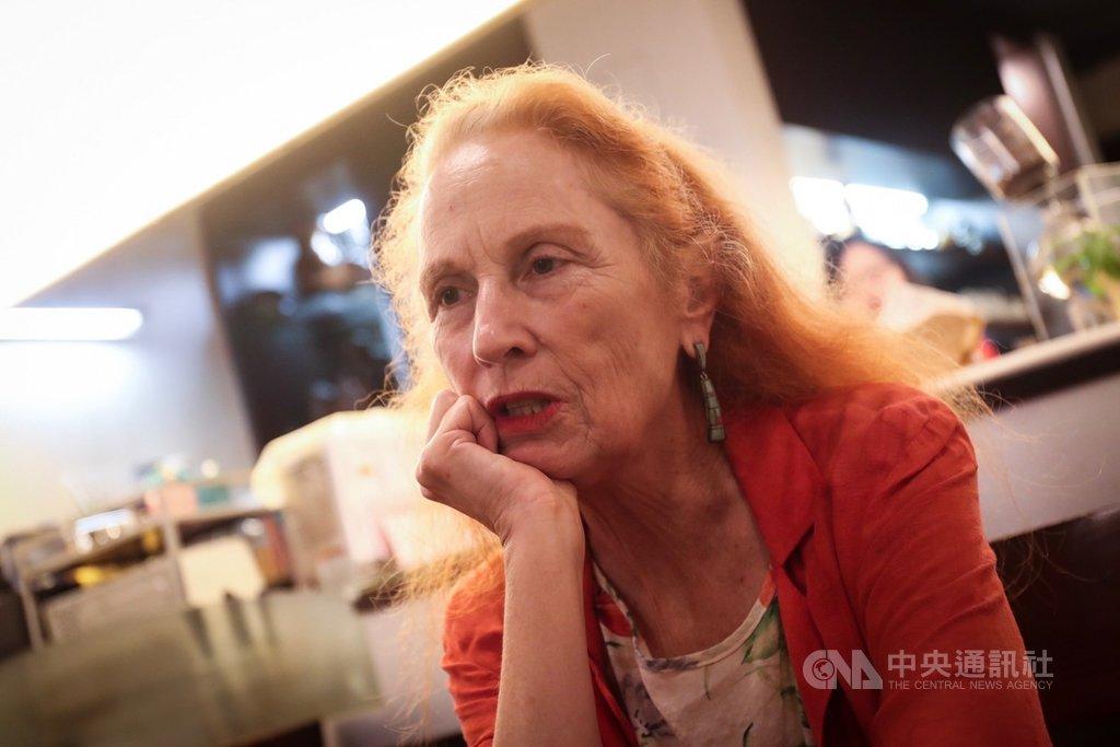 來自美國的戴雅雯(Catherine Diamond),申請歸化台灣,即將成為正港台灣人。她說,和許多國家相比,台灣的貧富差距相對較小,社會穩定、生活便利,外國人可以放心舒服地在台灣居住,相信每個人都能感受到台灣的好。中央社記者吳家昇攝 108年6月1日