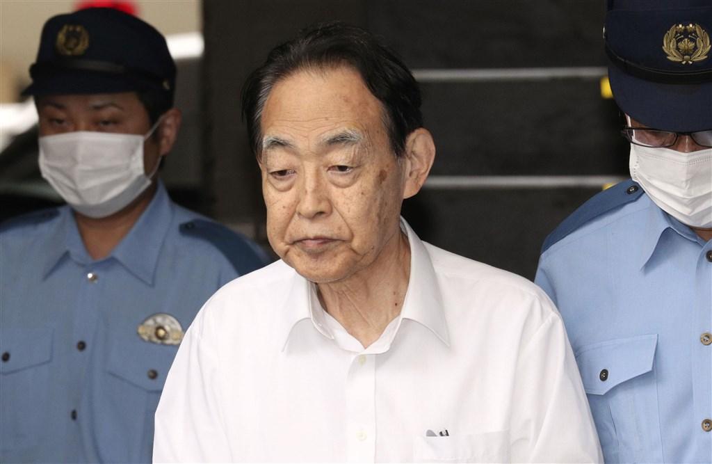 日本農林水產省前事務次官熊澤英昭(中)打110向警方自首「我殺死兒子了」,警方3日將他移送地檢署。(共同社提供)