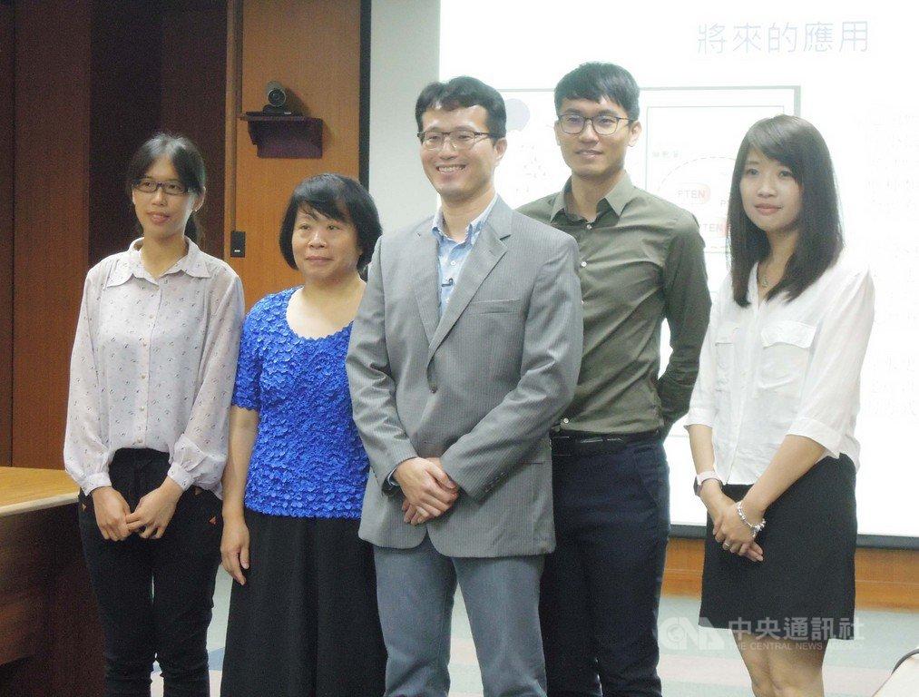 中央研究院分子生物研究所副研究員陳俊安(中)與研究團隊發現一組微型核糖核酸mir-17~92可望應用於漸凍症的預測與治療。中央社記者吳欣紜攝  108年6月4日