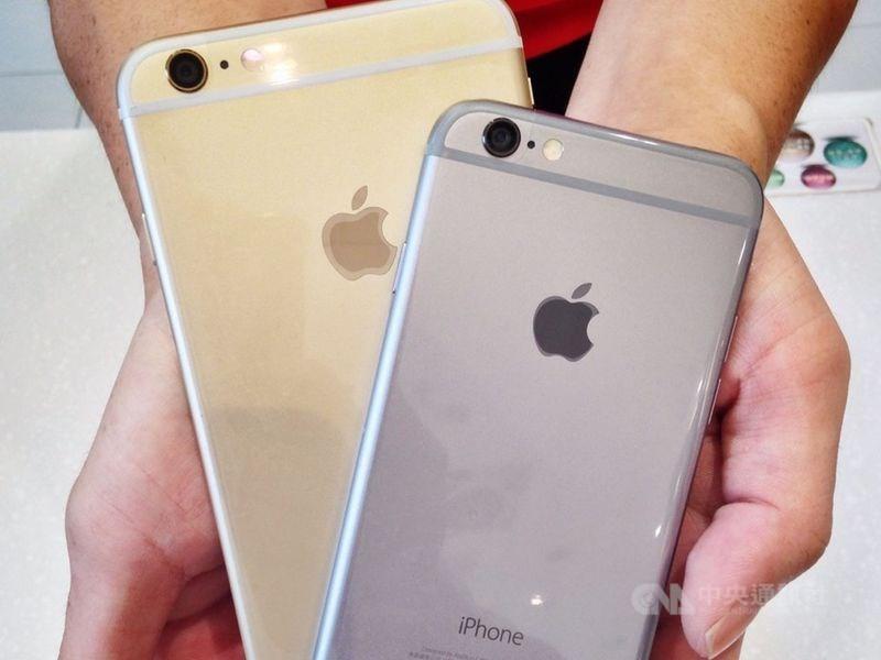 蘋果公司3日在全球開發者大會發表iOS 13作業系統,相容裝置清單確定排除iPhone 6(右)、iPhone 6 Plus(左)兩款舊機。(中央社檔案照片)