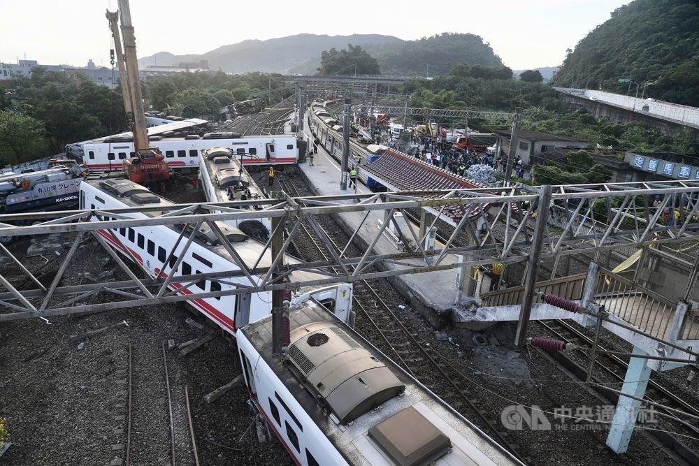 台鐵第6432次普悠瑪2018年10月21日下午行經宜蘭新馬站時高速過彎出軌翻覆,造成18人死亡、逾百人受傷。(中央社檔案照片)