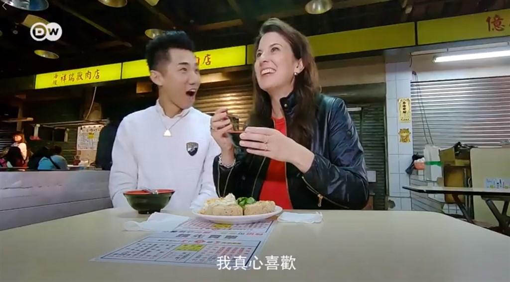 德國之聲6日推出新節目Tasty Taipei,破天荒派旗下得獎節目主持人梅根(右)來台走訪美食祕境。(圖取自facebook.com/dw.chinese.traditional)