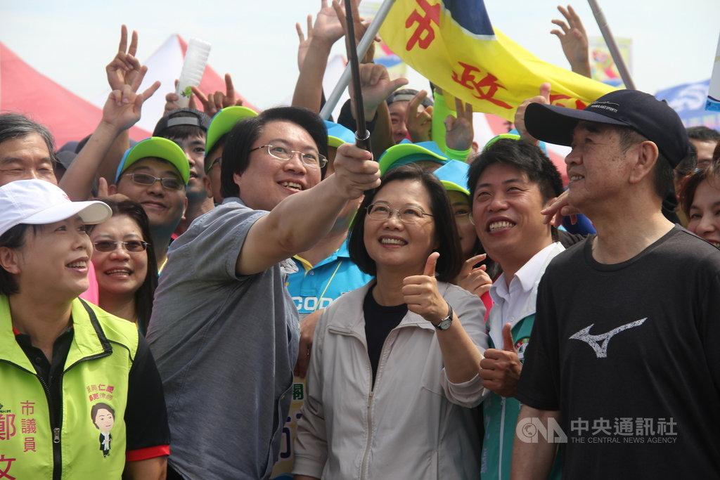 總統蔡英文(前右3)7日出席在基隆八斗子漁港舉辦的龍舟賽開幕典禮,與基隆市長林右昌(前左2)及選手們玩起自拍,合影留念。中央社記者王朝鈺攝 108年6月7日