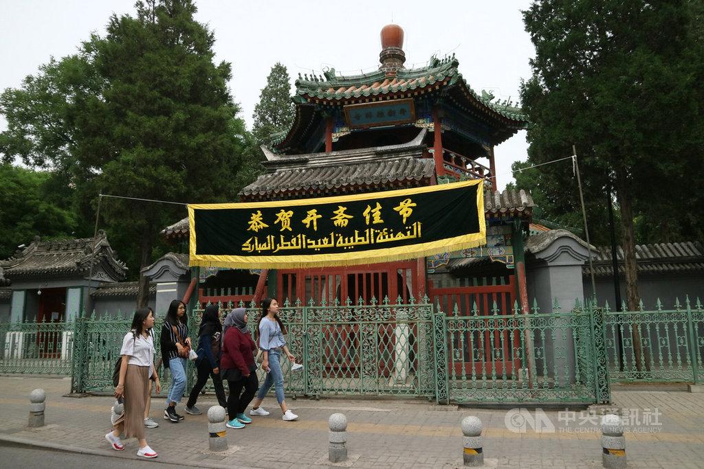 本名為牛街禮拜寺的北京牛街清真寺,建於宋、遼年代,迄今已有上千年歷史。牛街清真寺是北京規模最大的清真寺,卻在開齋節前一個月進入修繕,禁止對外開放,只允許穆斯林來此禮拜。(資料照片)中央社記者陳家倫北京攝 108年6月7日