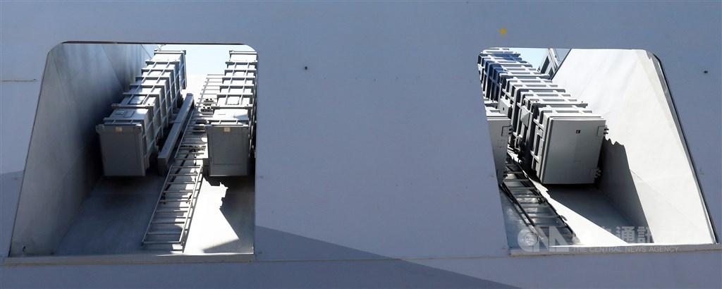 沱江艦上輕量化後的雄風飛彈彈艙(滿載16枚飛彈過重),可配置4枚雄二(左)、4枚雄三飛彈(右)。(中央社檔案照片)