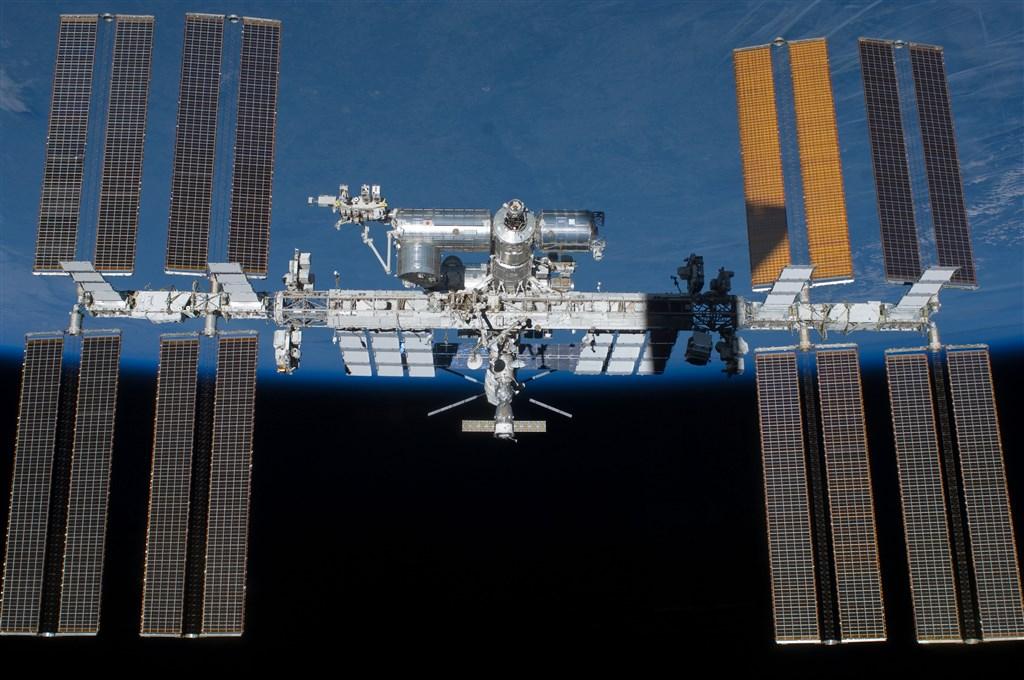 美國國家航空暨太空總署表示,每年將開放最多兩趟前往太空站的私人旅行,每一趟可待上30天,最快可望在2020年成行。(圖取自nasa.gov)