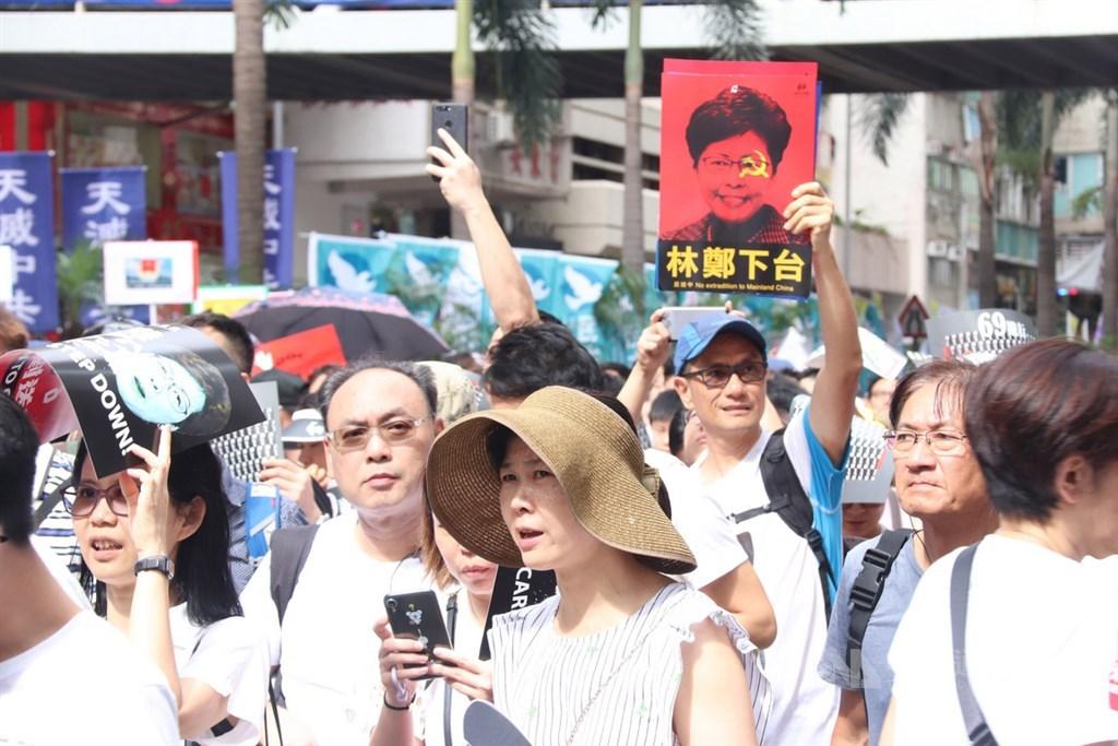 香港泛民9日發起「反送中」遊行,有大批市民參加,口號之一是要求行政長官林鄭月娥下台。中央社記者張謙香港攝 108年6月9日