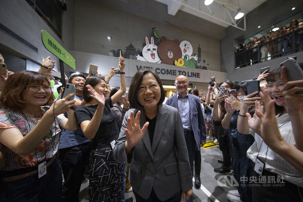 總統蔡英文(中)10日參訪LINE台灣辦公室,了解LINE團隊在台灣的營運狀況和投資規劃以及目前提供的多元數位服務現況。(總統府提供)中央社記者葉素萍傳真 108年6月10日