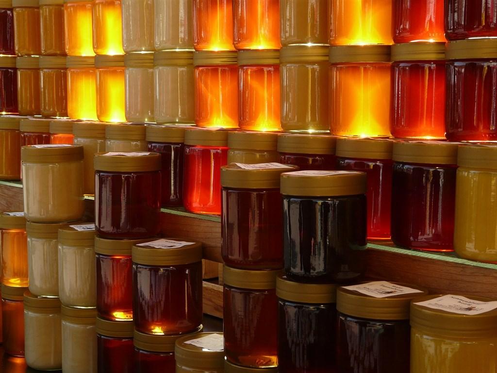 越南海關9日發布聲明將嚴加打擊非法使用「越南製造」標示的中國出口商品,並指出偽造產地和非法轉運商品的情形最常見於農漁產品、蜂蜜、鋼鐵等製品。圖為瓶裝蜂蜜。(示意圖/圖取自Pixabay圖庫)