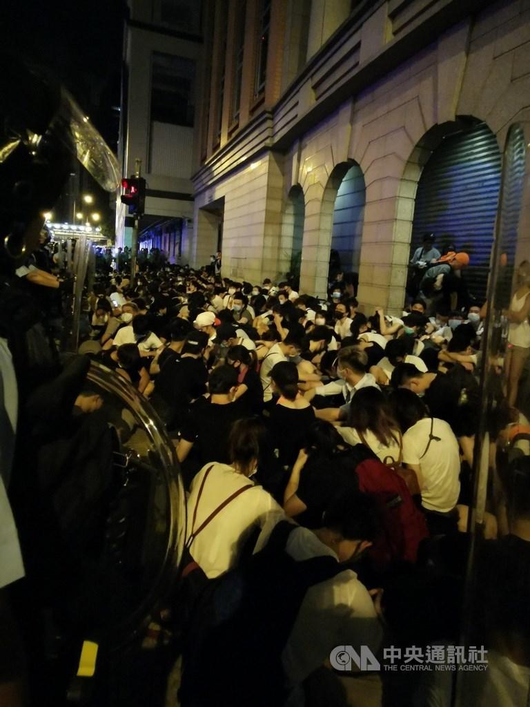 香港「反送中」遊行9日晚間結束後,數百名年輕示威者10日凌晨占據灣仔告士打道馬路,其後警方予以驅散,過程中圍捕近百人。中央社記者張謙香港攝108年6月10日