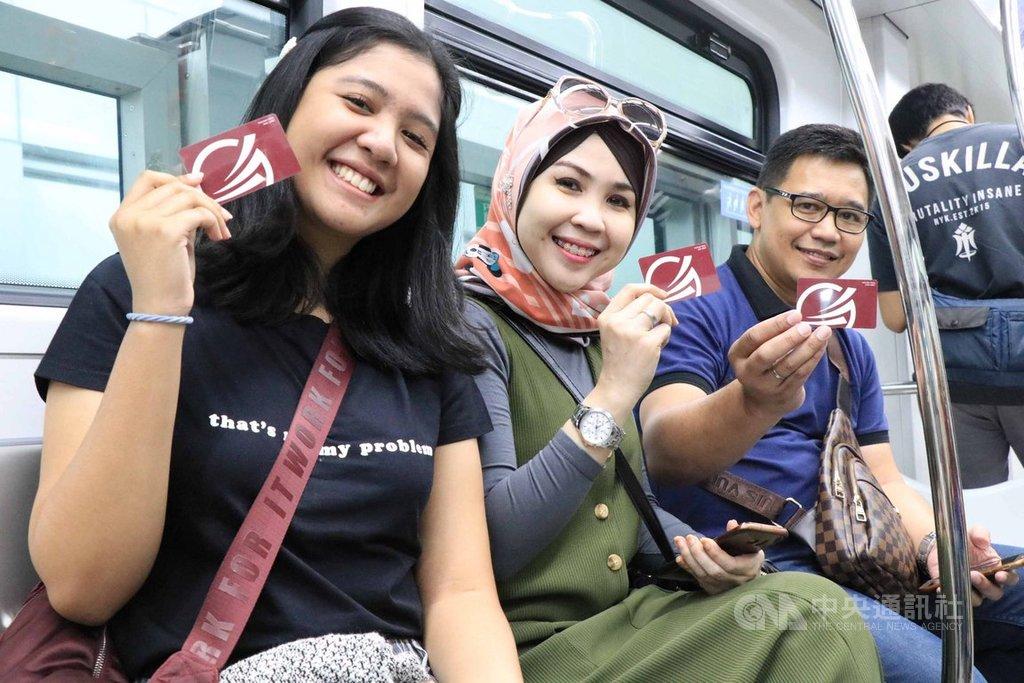 雅加達第一條輕軌捷運11日開放民眾試乘。民眾開心秀出電子車票。中央社記者石秀娟雅加達攝 108年6月11日