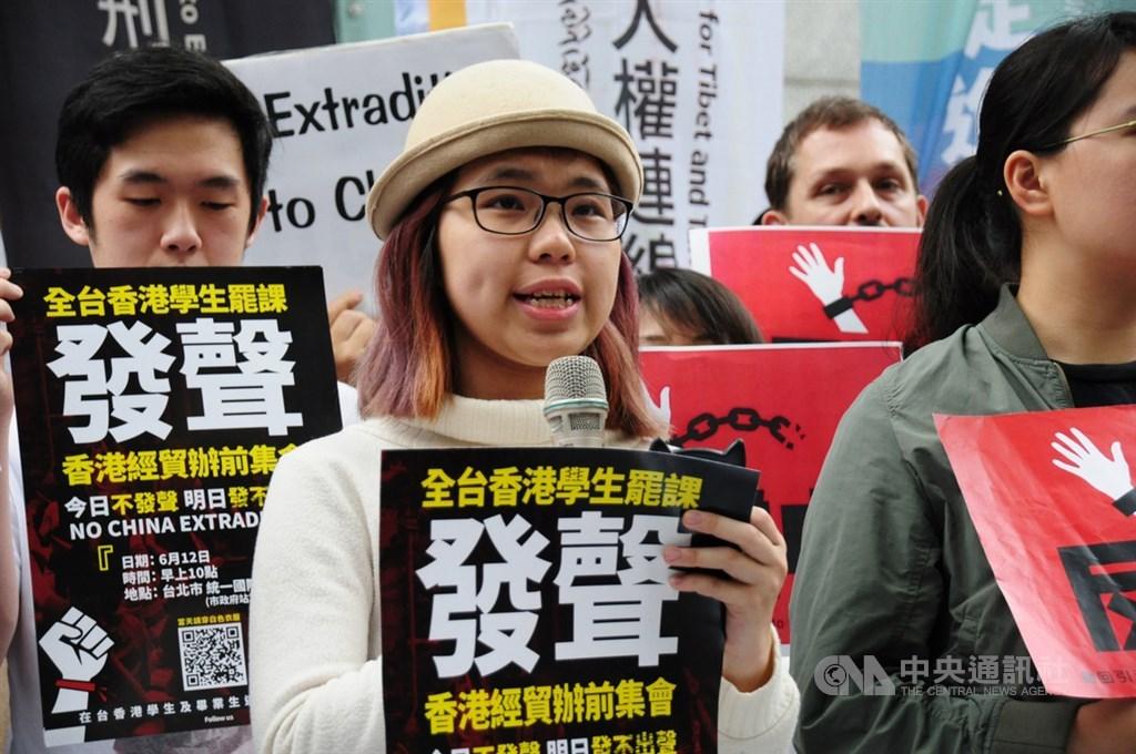 為聲援港人反對逃犯條例草案發動的抗爭,在台港生12日在台北香港經貿辦事處前串連罷課,近200名港人到場響應。中央社記者沈朋達攝 108年6月12日