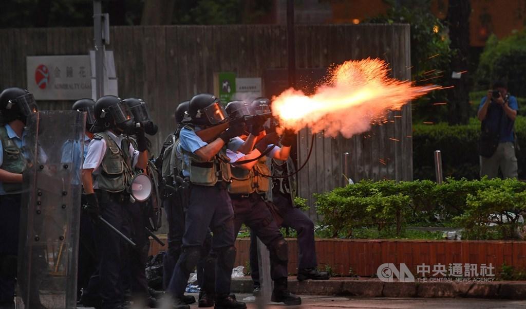 香港12日因為逃犯條例修訂草案二讀,大量民眾聚集抗議,警方午後作法轉趨強硬,下午4時後陸續向民眾發射催淚彈,抗議群眾則往周邊區域移動。中央社記者王飛華攝 108年6月12日