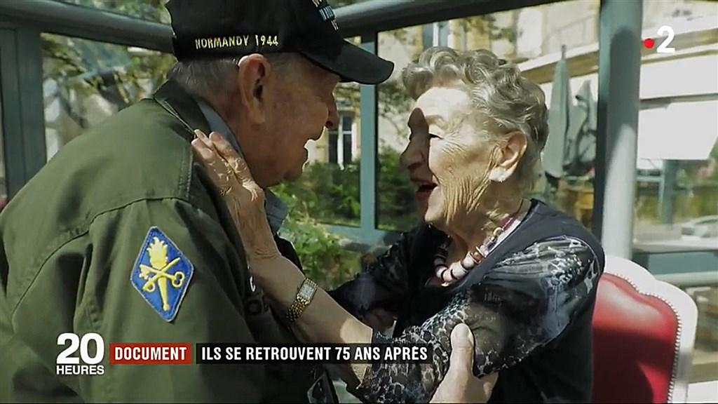 美國98歲老兵羅賓斯(左)與二戰時相遇的法籍戀人嘉納耶(右)時隔75年重逢。(圖取自法國第2電視台網頁france.tv/france-2)