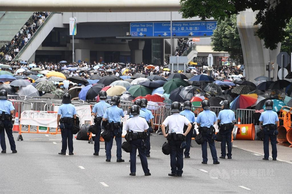 香港立法會原定12日上午11時開會,針對逃犯條例修訂草案進行二讀,但立法會主席指示延後舉行;一早有逾萬名年輕人包圍立法會及占領主要幹道,抗議逃犯條例草案進行二讀。中央社記者王飛華攝 108年6月12日
