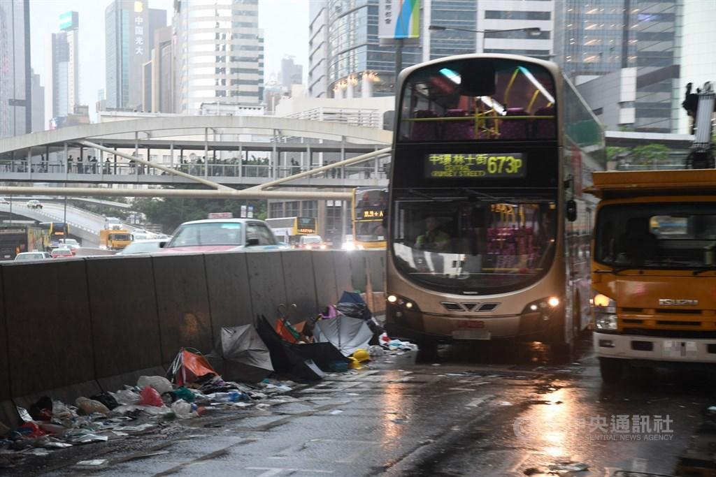 香港反送中示威運動13日告一段落,立法會金鐘附近街道恢復正常通行,民眾散去後街上很多垃圾,一片狼藉。中央社記者王飛華攝 108年6月13日