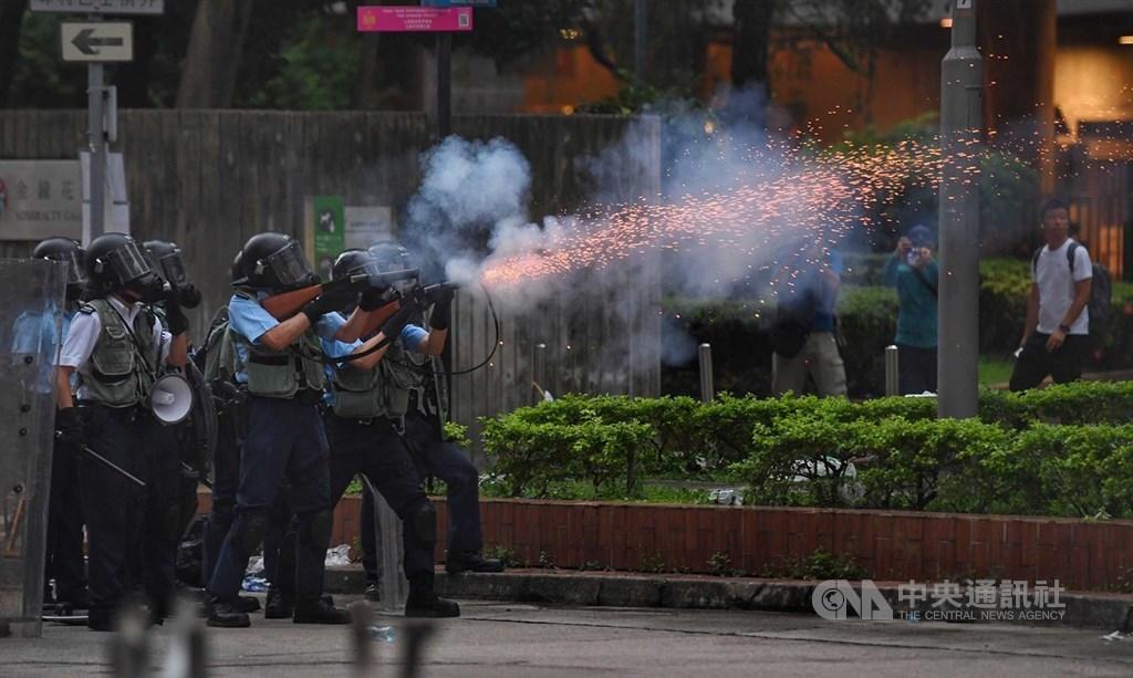 香港反送中示威衝突升高,警方12日下午作法轉為強硬,施放催淚彈驅離抗議民眾。中央社記者王飛華攝 108年6月12日