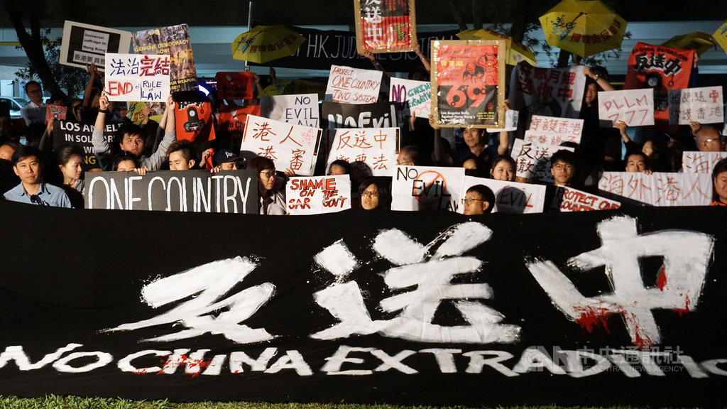 上百名海外香港人12日聚集在加州蒙特瑞公園市,聲援香港「反送中」行動,合唱Beyond樂團名曲「海闊天空」,許多人眼中帶淚。中央社記者林宏翰洛杉磯攝 108年6月13日