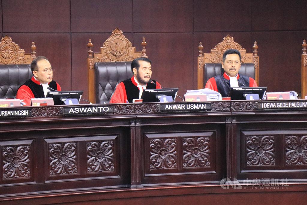 印尼憲法法庭首席大法官安華(中)誓言,將獨立審判。中央社記者石秀娟雅加達攝 108年6月14日