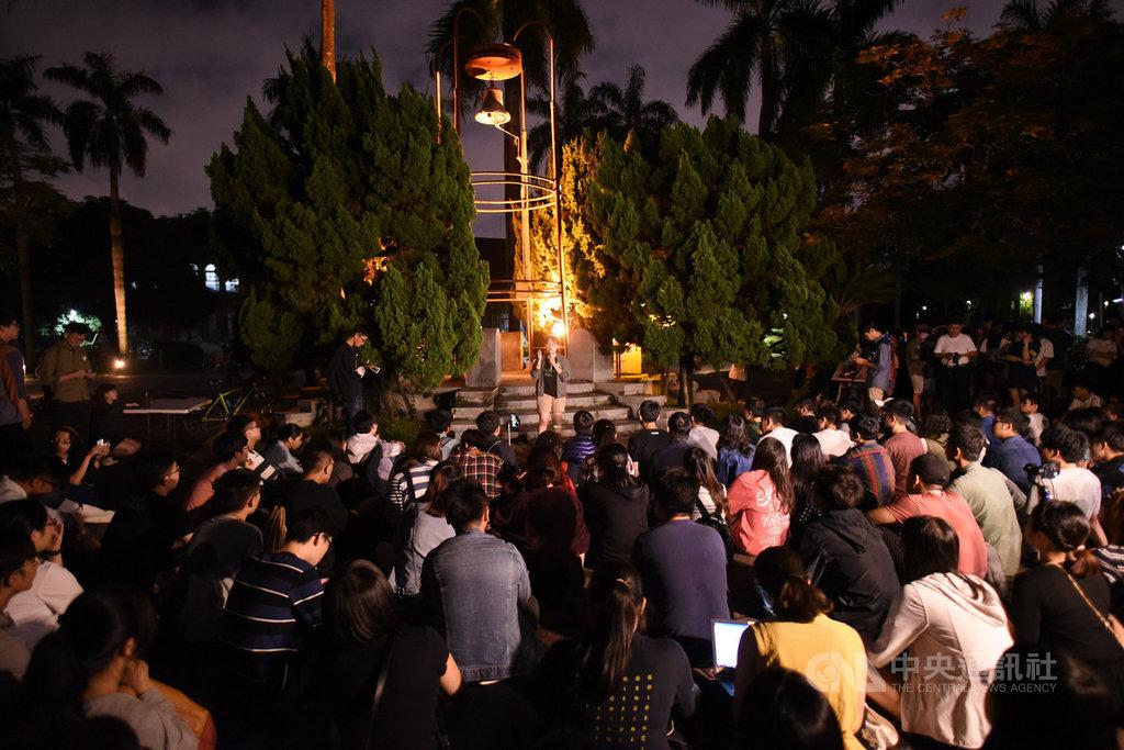 國立台灣大學學生14日晚間發起「台大撐香港-台大人反送中之夜」活動,大批學生聚集在校內傅鐘前,聲援香港民眾。中央社記者許秩維攝  108年6月14日