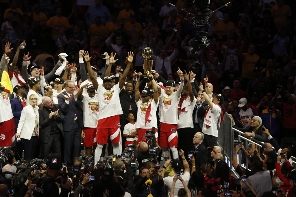 NBA暴龍13日砲火猛烈,共4名球員得分突破20分大關,最終以114比110客場取勝,奪得隊史首座總冠軍。(圖取自twitter.com/Raptors)
