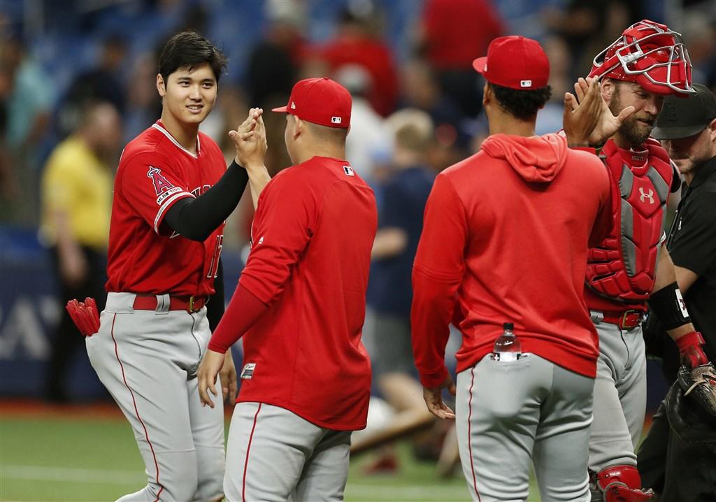 MLB洛杉磯天使隊的日本球星大谷翔平(左1)是大聯盟史上第一位創造「完全打擊」的日本球員。(共同社提供)